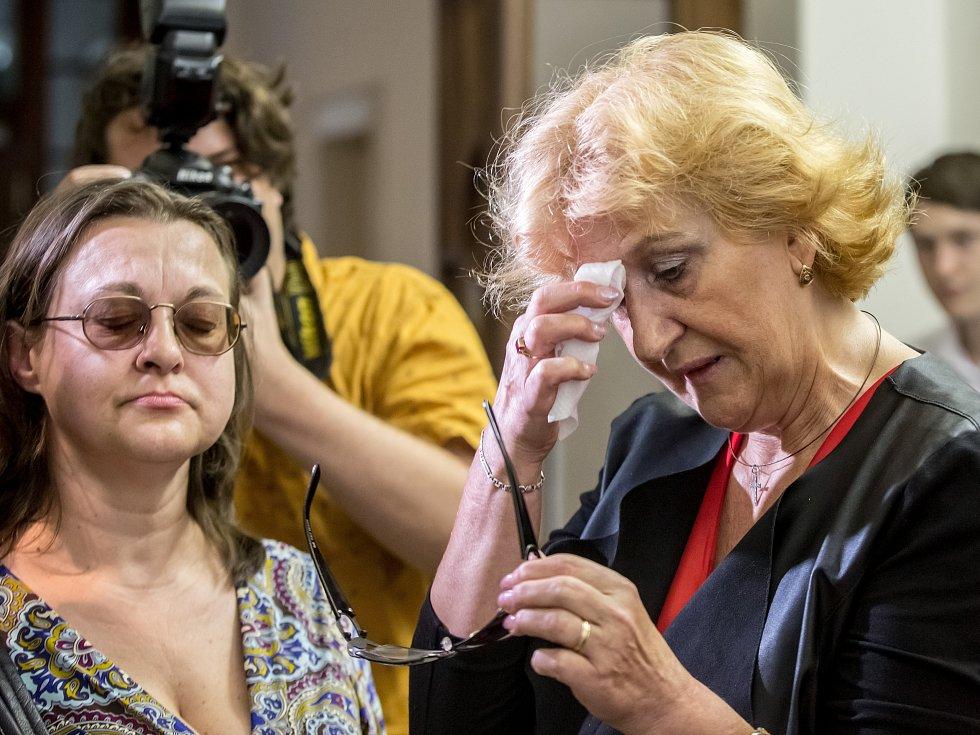 Věra Marešová (vpravo) u soudu v Praze.