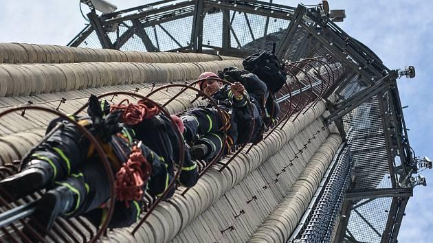 Utržený plech na komíně, který ohrožoval lidi, museli zabezpečit hasiči.