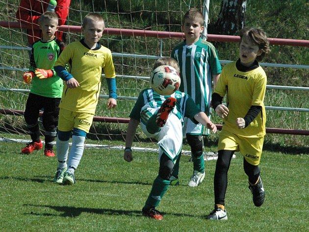 SK Děčín (žluté dresy) vs. Bohemians Praha.