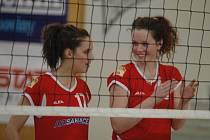 SMŮLA. Děčínské volejbalistky (v červeném) prohrály těsně oba zápasy.