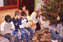 Před vánočními svátky proběhla ve varnsdorfské Hypernově charitativní akce  Strom splněných přání pro Dětský domov Lipová u Šluknova