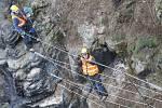 V Děčíně pokračuje sanace pískovcových skal, které hrozí zřícením na obytné domy. Horolozci ze specializované firmy montují záchytné ploty proti padajícím kamenům.