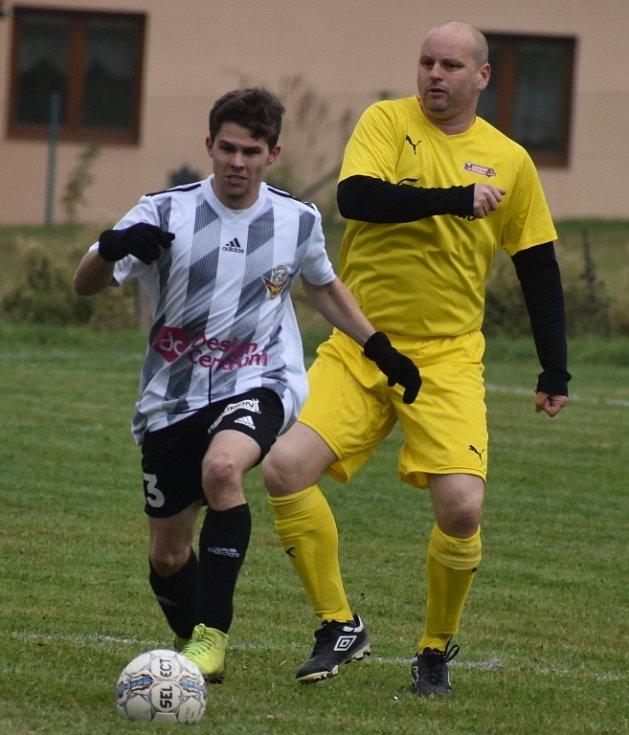 Jedním z posledních zápasů na Děčínsku před nucenou pauzou bylo utkání okresní soutěže mezi Huntířovem (žlutá) a Dolním Podlužím. Huntířov prohrál 3:6.