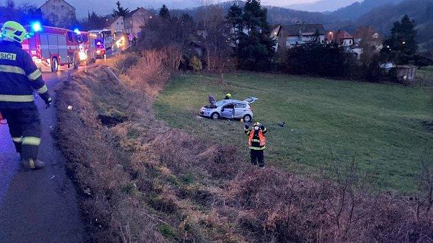 Udopravní nehody vMalé Veleni zasahovaly všechny složky IZS. Auto se při havárii přetočilo přes střechu.