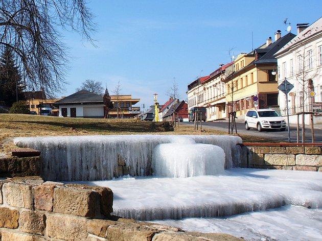 Zima čaruje na kašně uprostřed náměstí v Jiřetíně pod Jedlovou