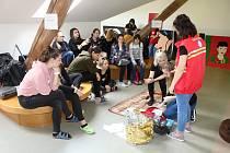 Studenti zdrávky učili gymnazisty první pomoc.