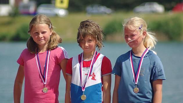KATKA ZÁRUBOVÁ (uprostřed) si přivezla několik zlatých medailí.