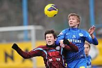 NEVYZRÁLI NA MISTRA. Na snímku bojuje o míč varnsdorfský Vilkovský (vlevo) a Frýdek z Liberce.