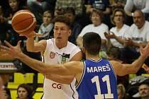 PRVNÍ KROK BYL ÚSPĚŠNÝ. Děčínští basketbalisté (v bílém) doma zvládli první čtvrtfinále, když porazili USK Praha 68:58.
