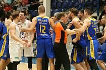 TŘETÍ VÝHRA. Basketbalisté Děčína doma porazili v rámci Alpe Adria Cupu chorvatský Osijek.