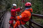 Cvičení letecké záchranky a hasičů v soutěskách u Hřenska.