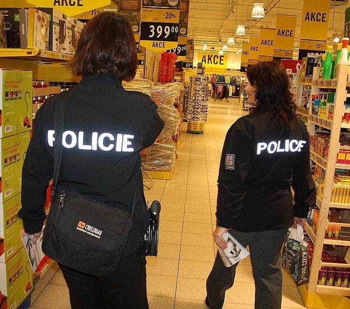 Policisté rozdávali v Děčíně tento týden varovné letáčky.