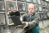 Ve Šluknově na Děčínsku řádili vandalové na tamním hřbitově, poškodili vitríny v kolumbáriu a z několika uren vysypali popel zemřelých. Josef Šmejkal, který včera spoušť uklízel, ukazuje, co všechno vandalové na hřbitově zničili.