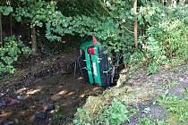 Policisté a hasiči našli v potoce v Prosetíně osobní auto bez řidiče.