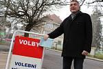 Přesně ve 14 hodin v pátek 12. ledna odvolil starosta města Jaroslav Sykáček v základní škole poblíž Lužické nemocnice (v pozadí)
