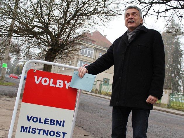 Přesně ve 14hodin vpátek 12.ledna odvolil starosta města Jaroslav Sykáček vzákladní škole poblíž Lužické nemocnice (vpozadí)