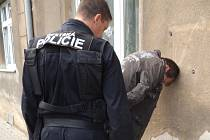 Zadrženého zloděje si přímo na místě přebrali strážníci městské policie a nasadili mu pouta.