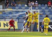 BOD. Fotbalisté Varnsdorfu (ve žlutém) remizovali ve Znojmě 1:1.