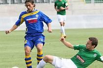 VZPRUHA. Fotbalisté Varnsdorfu hrají dnes 1. kolo poháru v Novém Boru. Naposledy porazili 2:1 Jablonec. Na snímku ve skluzu jablonecký Lafata, u míče Cana z Varnsdorfu.