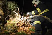 Požár pařezu v Dolním Podluží.