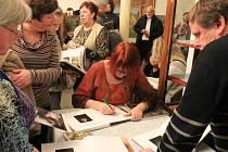 """Devadesát zájemců o tvorbu krásnolipského malíře se pátek 17. 2. 2017 sešlo v Muzeu Rumburk na akci """"August Frind v obrazech a slovech""""."""