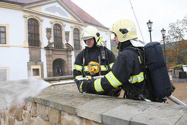 Hasiči zlikvidovali požár zámku. Naštěstí jen cvičně.