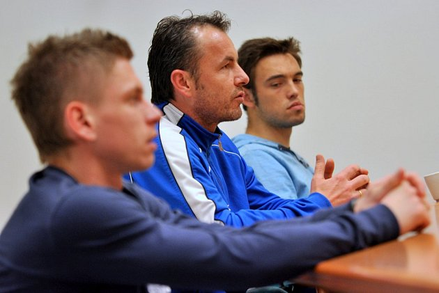 BESEDA NELÁKALA. Setkání s hráči a trenérem FK Varnsdorf přilákala čtyři fanoušky.