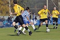 VILÉMOV (ve žlutém) doma porazil 2:0 Čelákovice.
