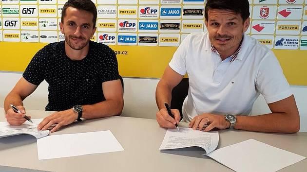 DOHODA. Fahrudin Durděvič (vlevo) a výkonný ředitel FC Hradec Králové Jiří Sabou.
