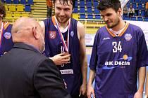 BRONZOVÉ LOUČENÍ. Pavel Houška (uprostřed) přebírá medaili za třetí místo.