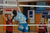 VE SVÉM ŽIVLU. Verča Jiránková (vlevo) se spoluhráčkou Ivou Zahálkovou v utkání proti Hlincovce.