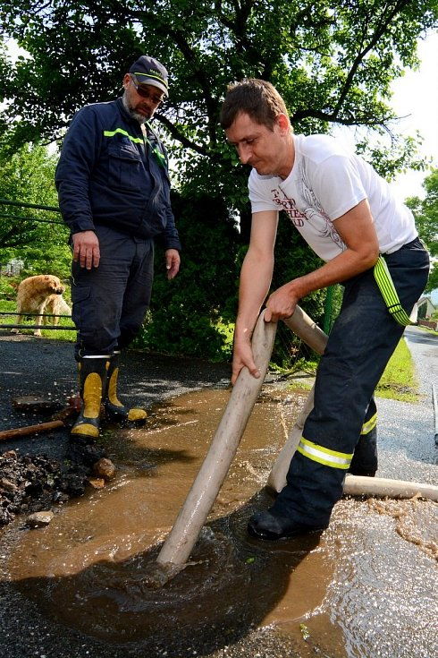 Hasiči čerpali vodu také ve Varnsdorfu
