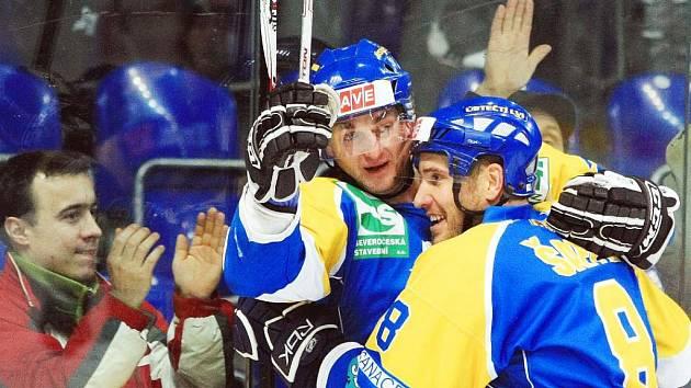 Ústečtí hokejisté Jan Alinč s Adamem Šafferem (vpravo) se právě radují z branky v síti Orlů ze Znojma. Severočeši vyhráli 4:3 a dál neohroženě kralují prvoligové soutěži.