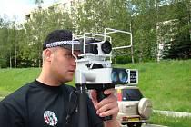 Strážník městské policie při měření s radarem