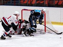VYŠLÁPLI SI NA FAVORITA! Děčínští hokejisté (bílé dresy) doma po výborném výkonu porazili silné Vrchlabí 5:1.