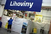 Zakrytý regál s tvrdým alkoholem v českobudějovickém Makru 15. září po celorepublikovém zákazu prodeje tvrdého alkoholu.