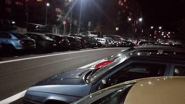 Zaparkovat ve večerních hodinách je v Březinách téměř nemožné.