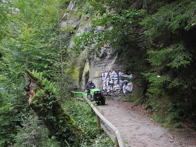 Vandal poničil Edmundovu soutěsku v nitru Národního parku České Švýcarsko.