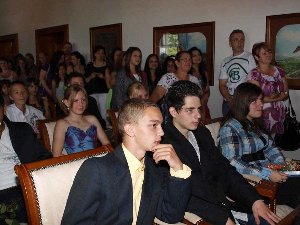 Slavnostní předávání vysvědčení na zámku ve Šluknově zažili žáci devátých tříd ze ZŠ J. Vohradského.