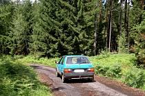 Auta jezdí po lese, lidem to vadí.
