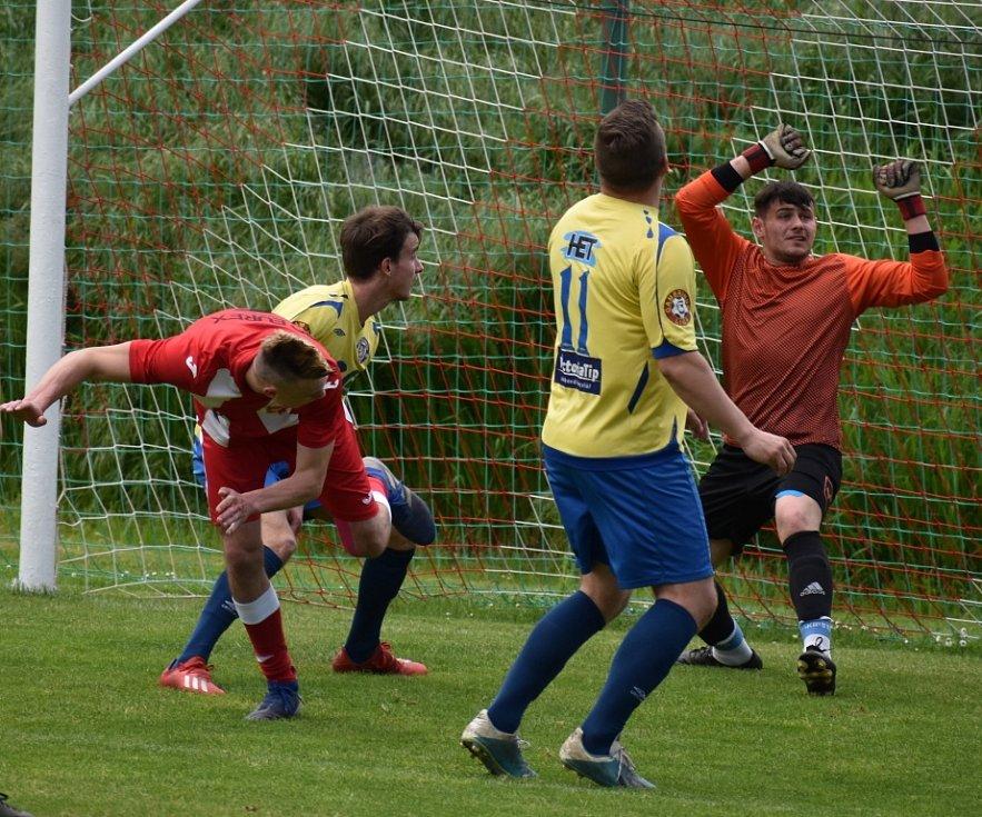 Dobkovice (červené dresy) doma porazily Duchcov 2:1.