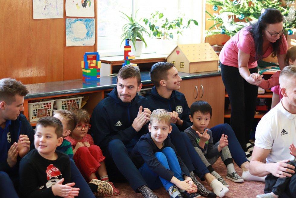 NADÍLKA. Fotbalisté Varnsdorfu potěšili svou návštěvou děti ve speciální školce Čtyřlístek.