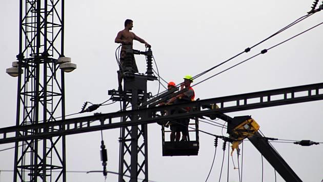 Muž, který vylezl na stožár s trolejemi, zastavil dopravu na železničním koridoru do Německa.