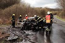 Plameny zachvátily za jízdy auto u Rychnova