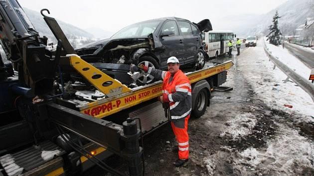 K dopravní nehodě na hlavním tahu do Ústí nad Labem došlo dnes, v pátek 12. prosince, krátce po půl šesté ráno.