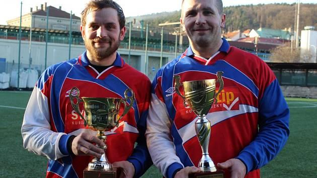 SK SKALICE vyhrál turnaj v Děčíně. Na snímku je kapitán týmu Lukáš Martínek (vlevo), který se stal nejlepším střelcem celého turnaje. Vpravo pak jeho spoluhráč Martin Hlavinka.