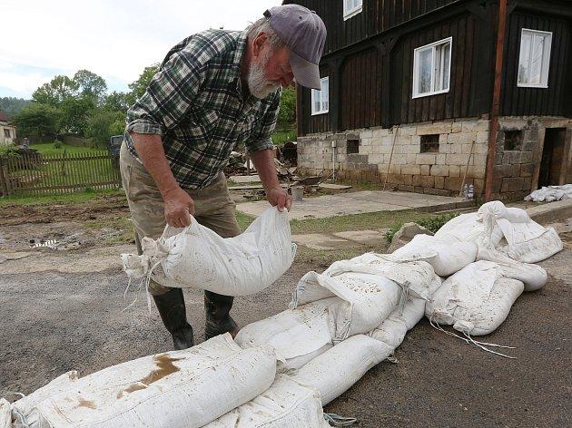Lidé v Arnolticích mají obavy z dalšího deště, stavěli proto hráze s pytlů.