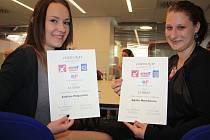 Dívky si při slavnostním vyhlášení převzaly certifikáty.
