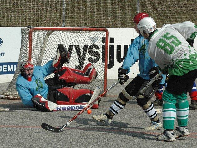 PARÁDA! Děčínští hokejbalisté (v bílém) porazili v prvním zápase Chomutov 8:2.