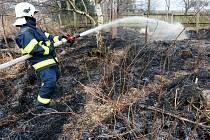Požár suché trávy v Jiřetíně pod Jedlovou.